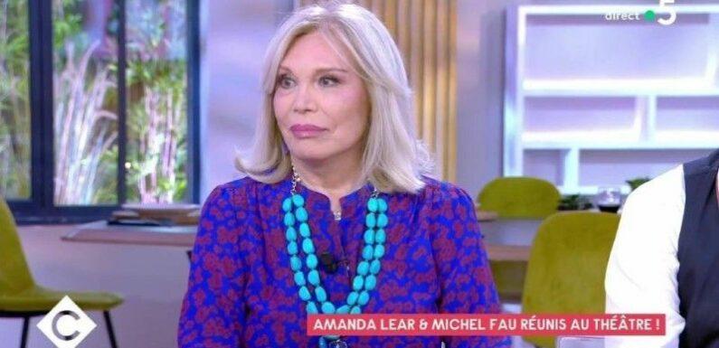 """""""J'aime changer"""" : Amanda Lear croqueuse d'hommes… ses confidences très cash dans C à vous !"""