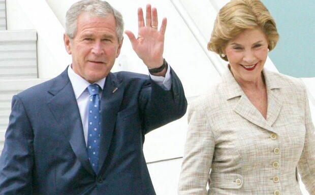 PHOTO – George W. Bush et sa femme Laura fiers de présenter leur petite-fille Cora