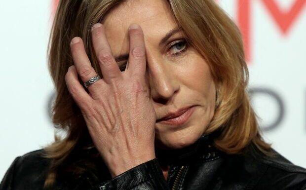 PHOTO – «Il me manque tellement»: Mathilde Seigner très émue sur la tombe d'Yves Rénier